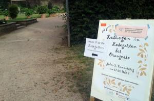 Der idyllische Garten der Orangerie in Darmstadt ist groß - Schilder zeigten den Weg zum versteckten Lesegarten.