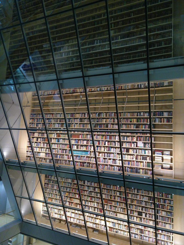 """Ein ganz besonderes Bücherregal - """"People's Bookshelf"""" in der Nationalbibliothek Riga. Hier stehen nur sehr persönliche Erinnerungsstücke lettischer Bürger."""