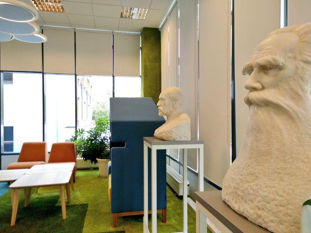 """Krišjānis Barons, der """"Vater der Dainas"""", der lettischen Volkslieder, im """"Microsoft Innovation Center"""" der Universitätsbibliothek Riga."""