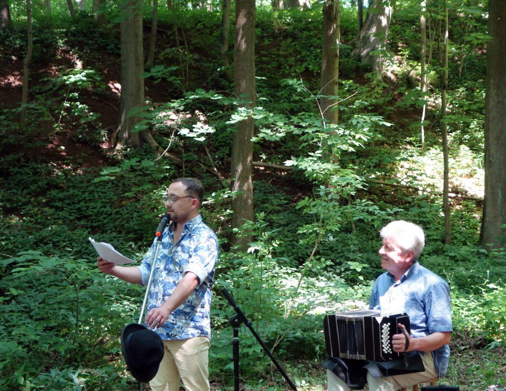 """Der Schauspieler Robert Gregor Kühn und der Musiker Matthias von Hintzenstern trugen Kurzgeschichten aus dem Buch """"Wasserspiele"""" von Marlene Hofmann vor."""